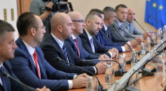 Serbët u kërcënuan me vende pune nga partia e tyre