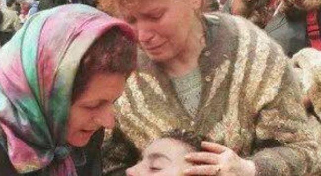 Fotografi e vitit 1999: Këngëtarja kosovare e alivanosur në Bllacë