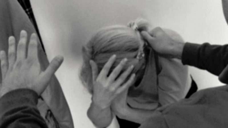 Një person në Prizren rrah nënën e tij