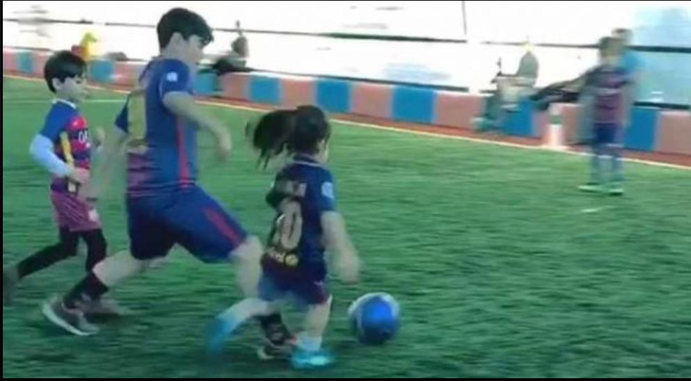 """Njihuni me pesë- vjeçarin që po quhet """"Messi i ri"""" (VIDEO)"""