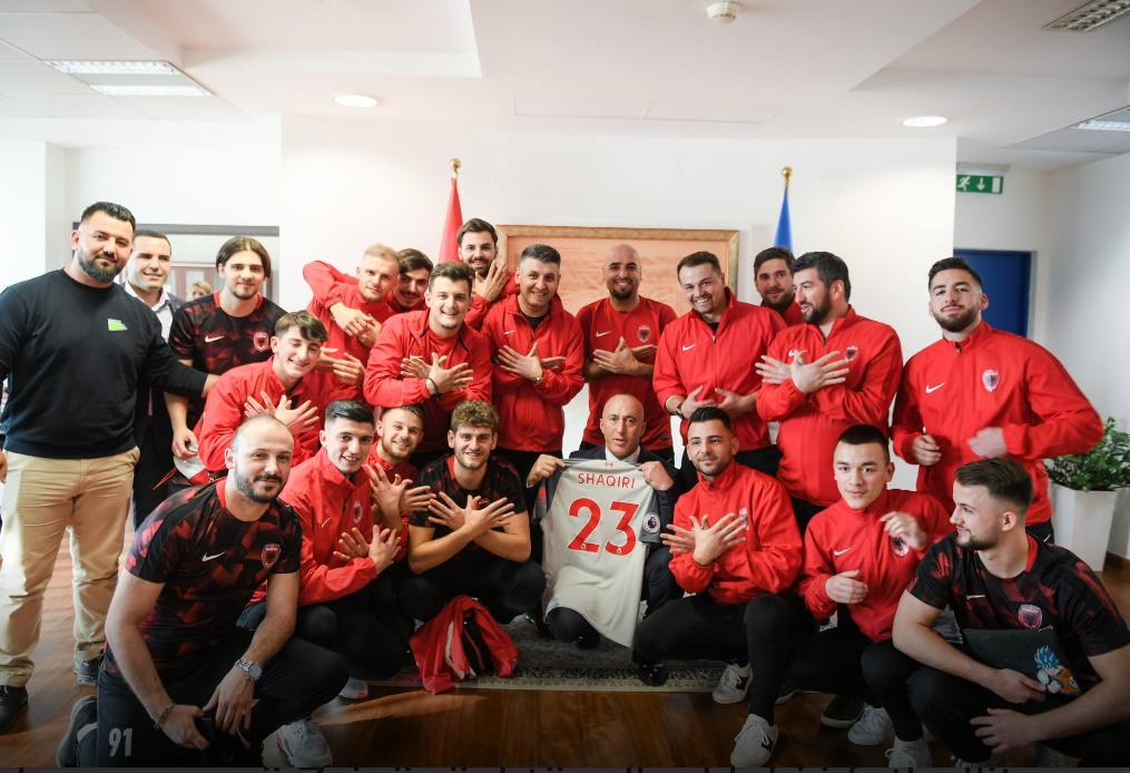 Haradinajt i dhurohet fanella e Shaqirit