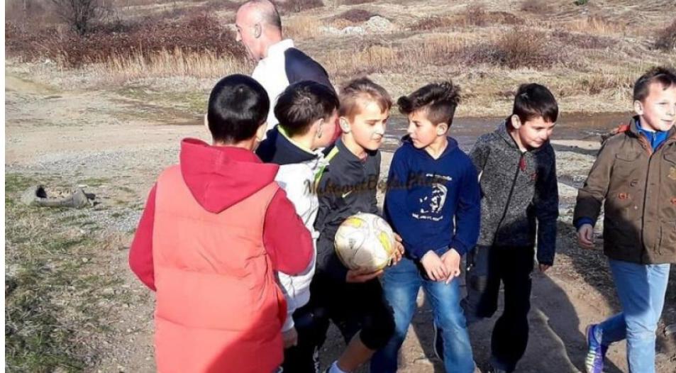Haradinaj luan futboll në ara me disa fëmijë
