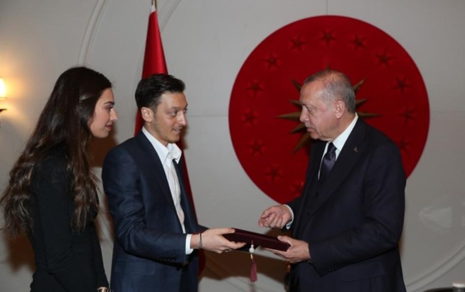 Ozil e fton në dasmë Erdoganin