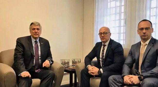 Kosnett takohet me krerët e Listës Serbe, ja çka diskutuan