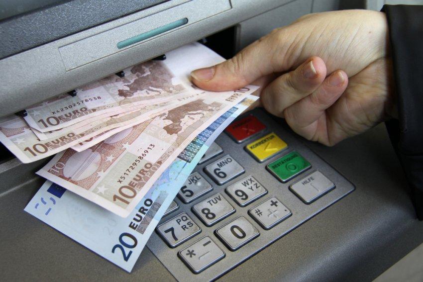 Qytetarët nxitojnë të tërheqin paratë e tyre nga banka, ja sa mjete i nxorën gjatë muajit të fundit
