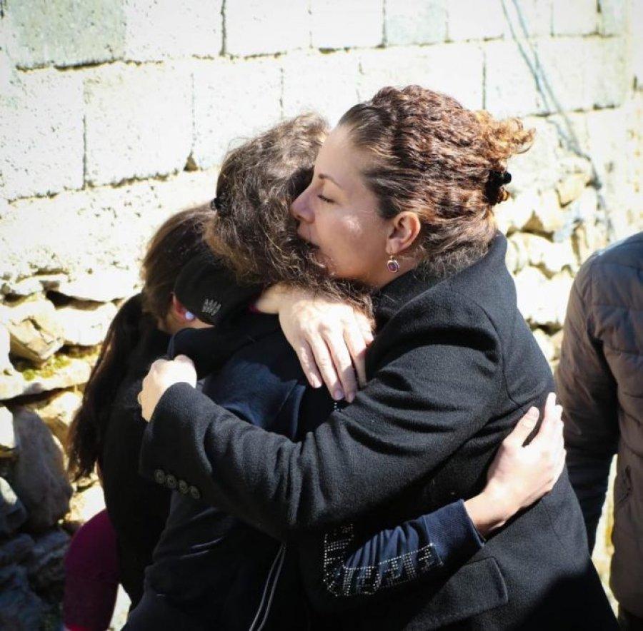 Olta Xhaçka merr nën përkujdesje katër vajzat që mbetën pa prindër nga aksidenti në Dibër