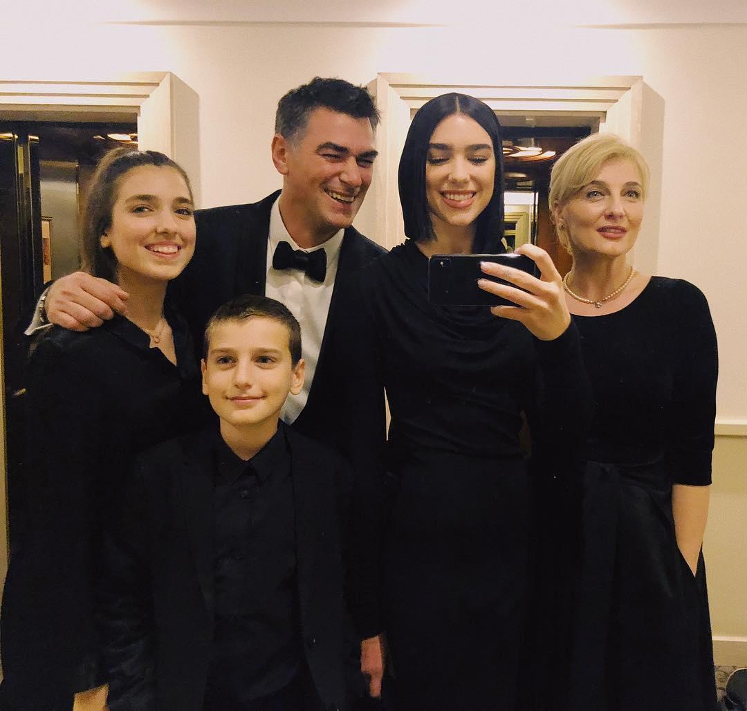 Babai i Dua Lipës feston ditëlindjen, kështu e befason familja