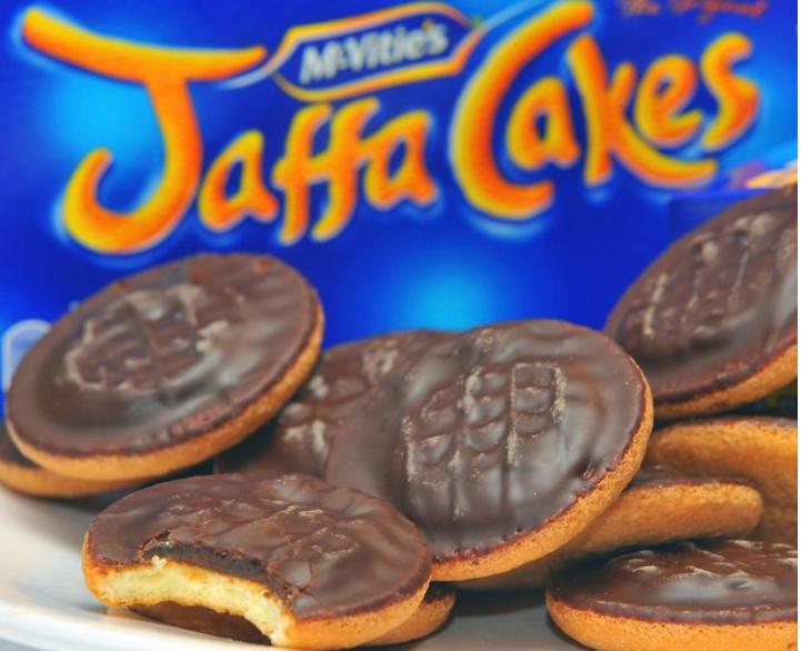 Deshi të provojë sa Jaffa Cakes mund të fuste në gojë, por ajo çka i ndodh është vërtet e tmerrshme