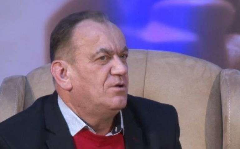 Çfarë po bënë në sallën e arsimtarëve Mahmut Ferati?