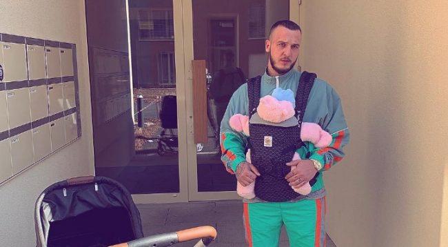 Mozzik del në një shëtitje me Hanën, ja si e kanë veshur vogëlushen