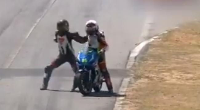 Gara vazhdonte, dy motoçiklistët grushtohen mes vete