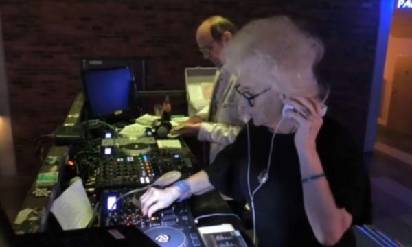 80-vjeçarja që punon DJ thumbon moshatarët: Mos bëni si pleq