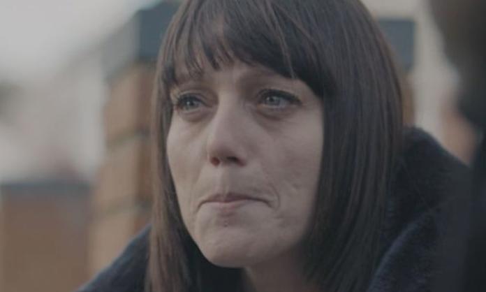 Nëna zemërthyer rrëfen momentet e fundit me të birin të cilin ia therën me thikë në rrugë
