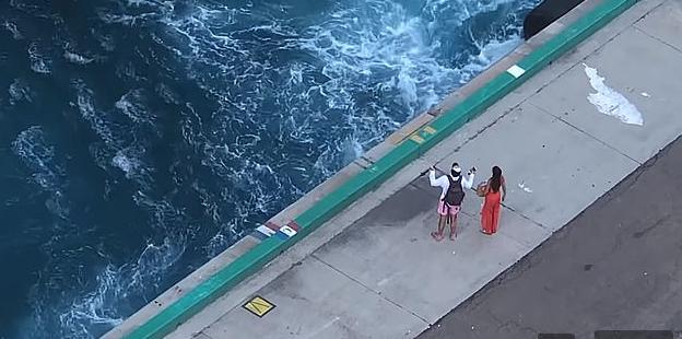Momenti kur çiftit i ikën anija me të cilën do të udhëtonte