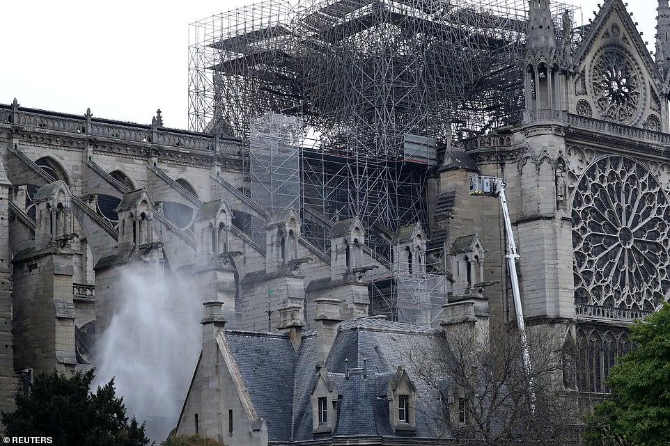 Pas nëntë orëve , shuhet zjarri në Notre Dame