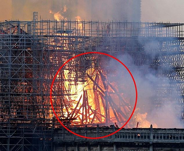 Jezu Krishti mes flakëve të Katedrales së Notre Dame? (FOTO)