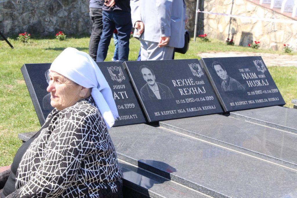Nëna përkujton familjarët e masakruar nga serbët në Lybeniq të Pejës