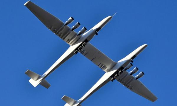 Aeroplani më i madh në botë bën fluturimin e parë