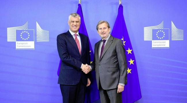 Thaçi takon Hahnin: Vendimi i shpejtë për liberalizimin e vizave, nevojë thelbësore për Kosovën