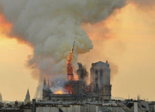 Shuma marramendëse që është mbledhur për dy ditë për katedralen Notre Dame