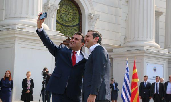 Selfie e Zaevit me Tsipras në Shkup, lajm në gjithë botën