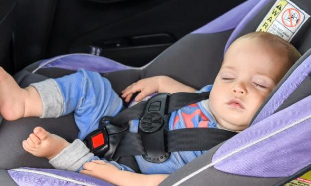 Është e rrezikshme nëse fëmijët flejnë në karrigen e tyre në veturë