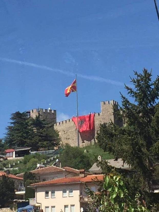 Dëbohet dhe gjobitet shqiptari që shpalosi flamurin kombëtar në kalanë e Ohrit