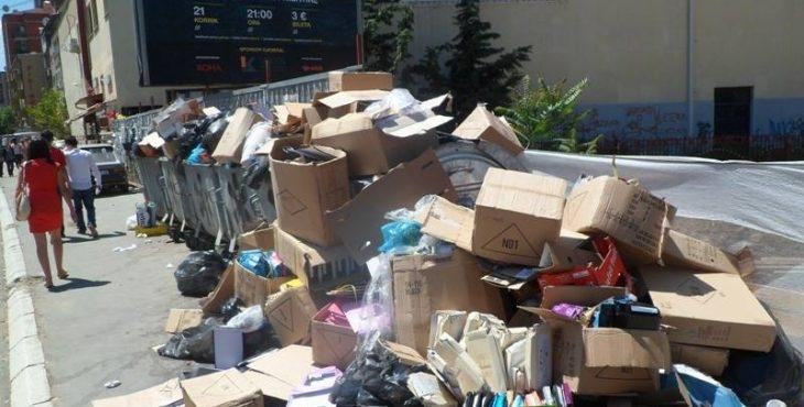 """Mbeturinat e shumta në lagjen """"Edi Duram"""" në Prizren, qytetarët të shqetësuar"""