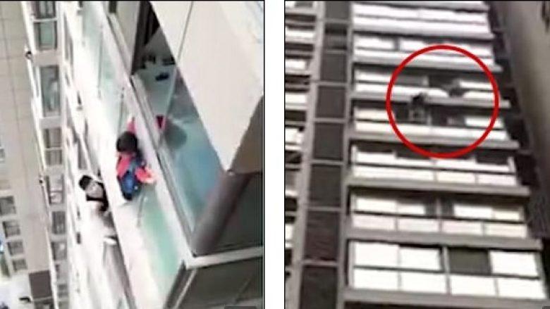 Mbeti i varur në ballkonin e katit të 14-të, fqinjët e shpëtojnë kinezin e vogël (Video)