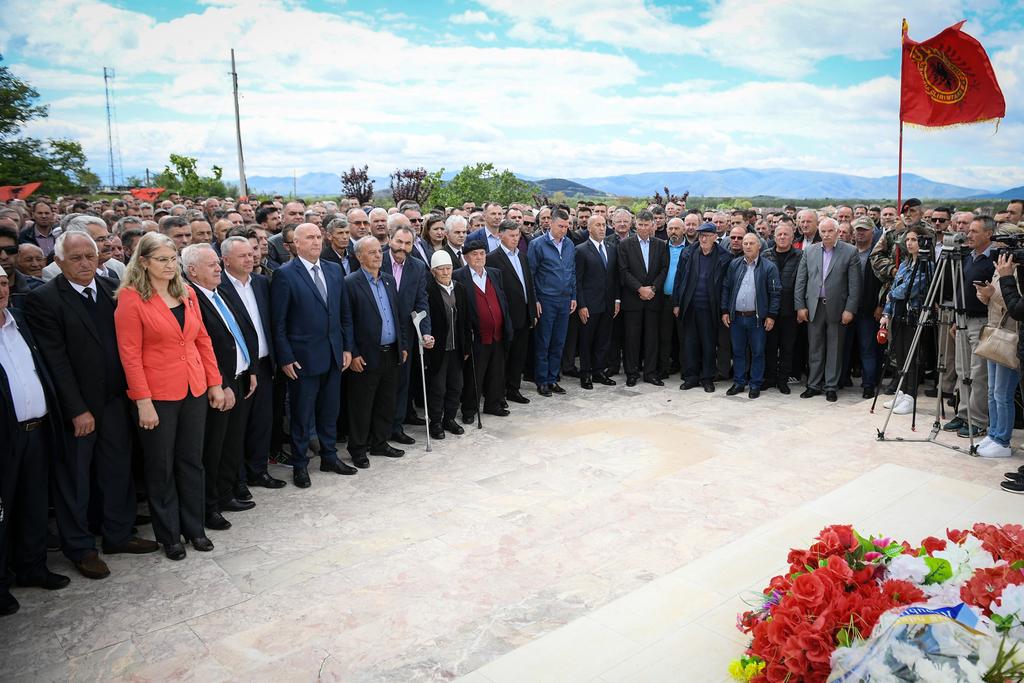 """Haradinaj bëri homazhe në Kompleksin Memorial """"Dëshmorët e Kombit"""" në Gllogjan"""