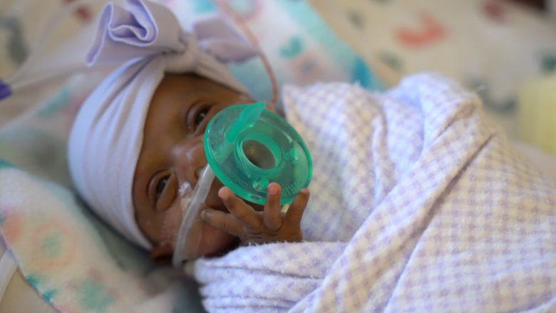 Mbijeton foshnja më e vogël në botë, u lind vetëm 245 gramë
