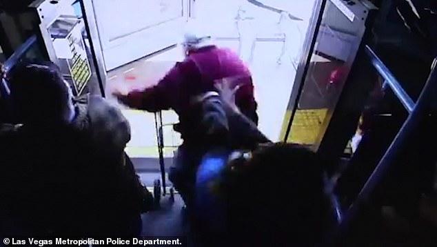 E tmerrshme: Gruaja shtyn burrin e moshuar nga autobusi (VIDEO)