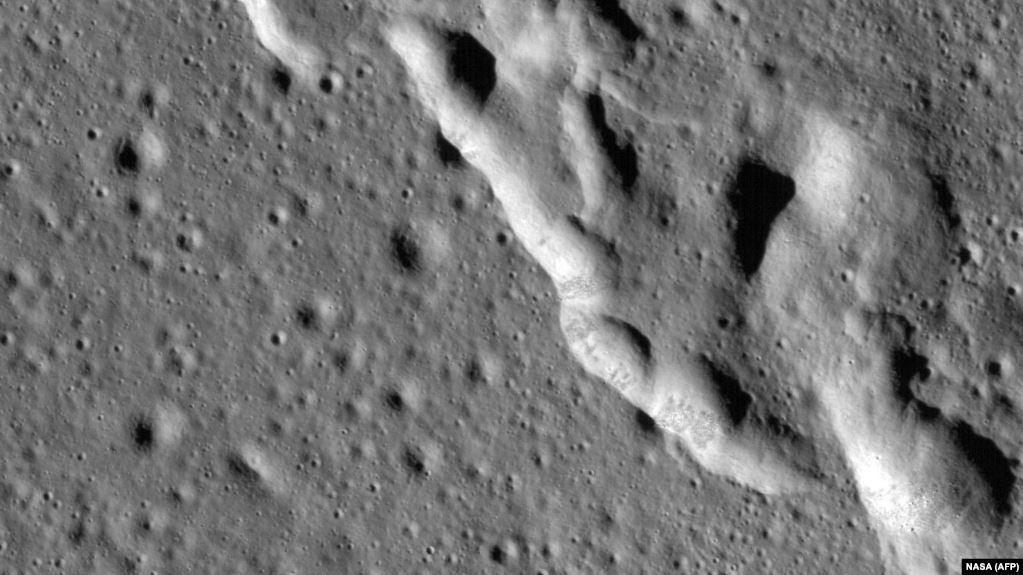 Shkencëtarët thonë se Hëna po tkurret