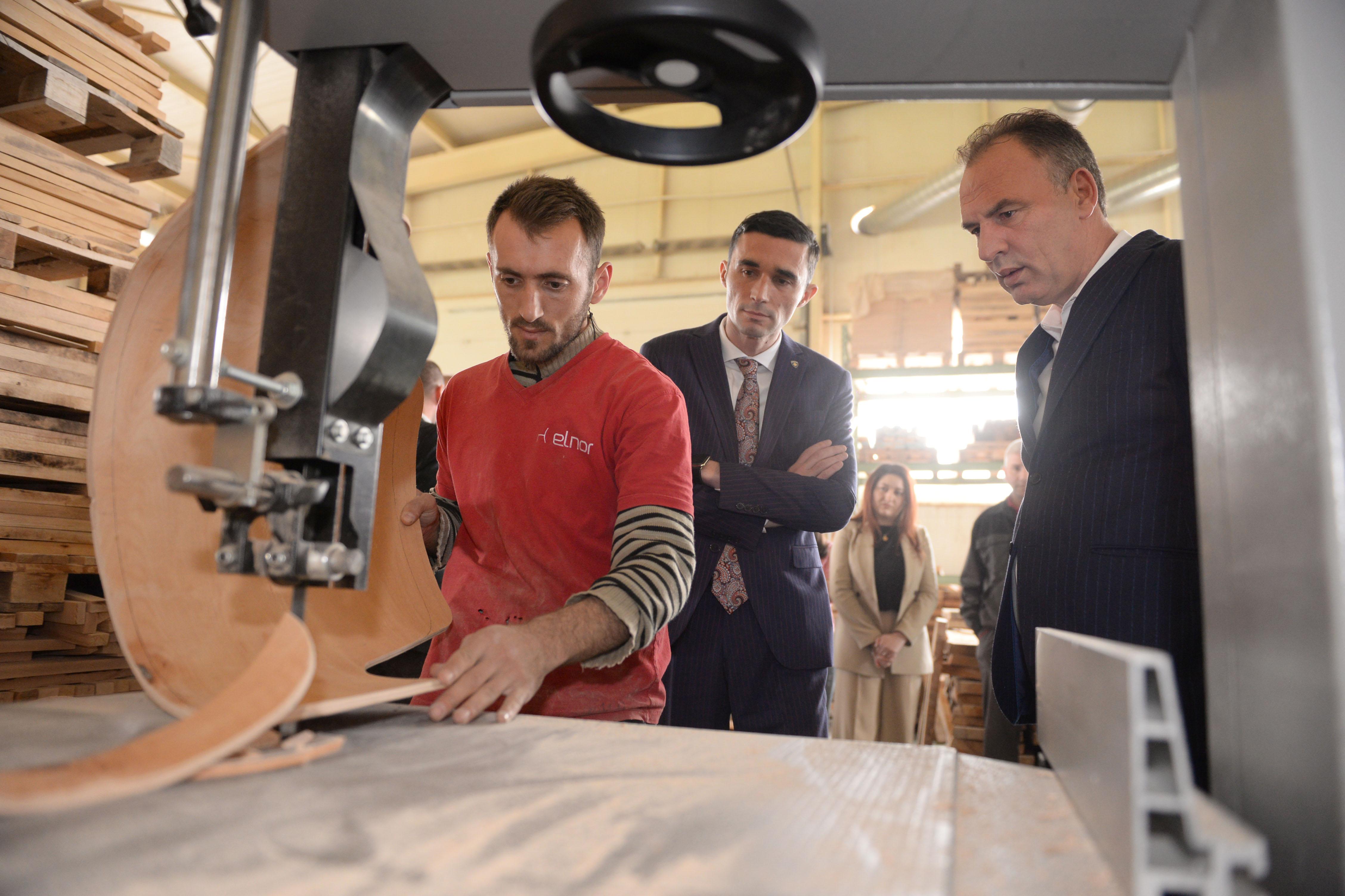 Përpunuesit e drurit vlerësojnë vendimin e ministrit Shala për ndalimin e eksportit të drurit