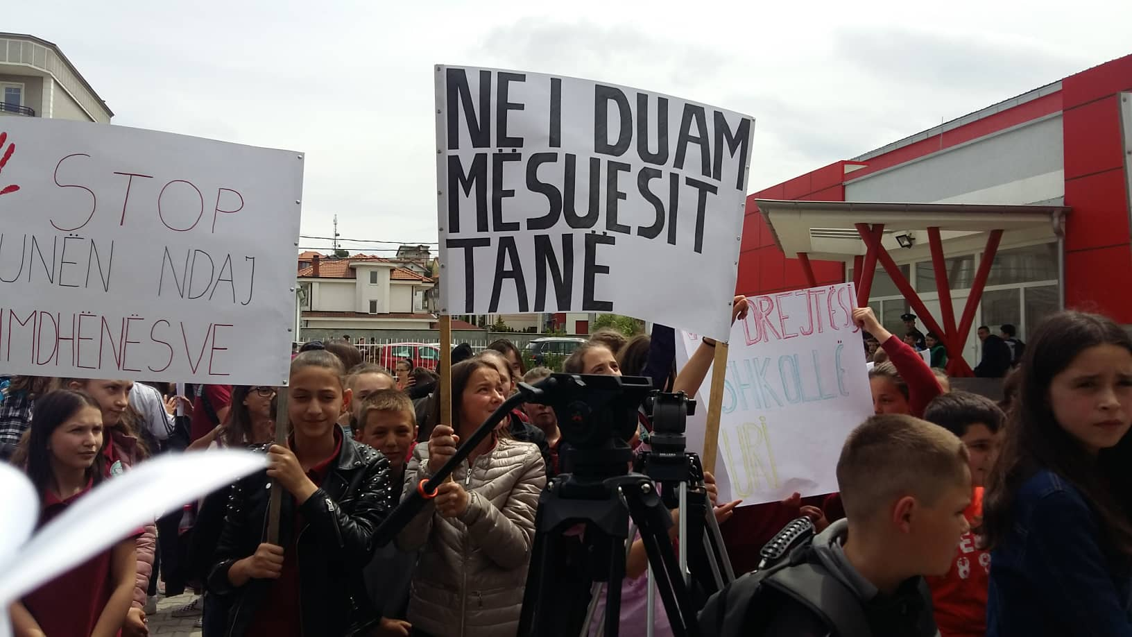 Protestohet në mbështetje të mësueses e cila u ther me thikë