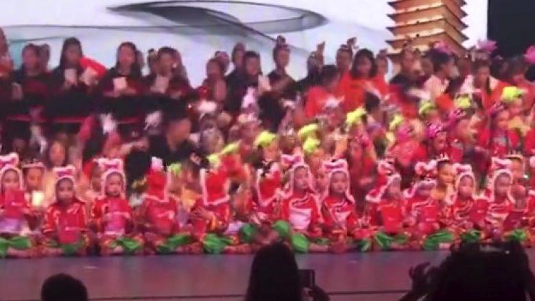 Momenti kur rrëzohet skena me qindra fëmijë në Kinë, një i vdekur dhe 14 të lënduar (Video)