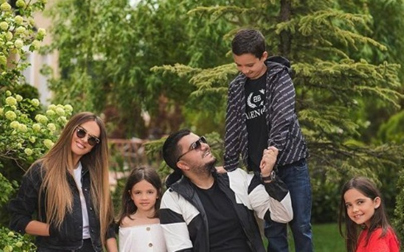 Ermali publikon foton më të bukur familjare, vëmendjen merr Ariana me veshjen e saj