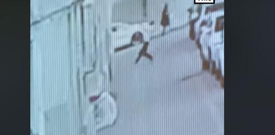 Heroi shpëton fëmijën 2 vjeç që ra nga kati i pestë