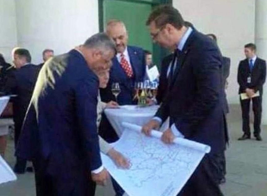 Zbulohet e vërteta e fotografisë Thaçi –Merkel –Vuçiq me hartë në duar