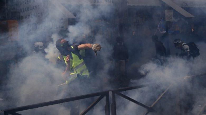 Në protestën e 1 Majit në Paris, demonstruesit përleshen me policinë
