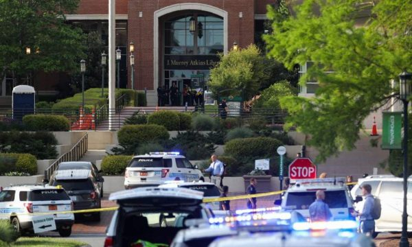 Vriten dy persona në Universitetin e Karolinës së Veriut