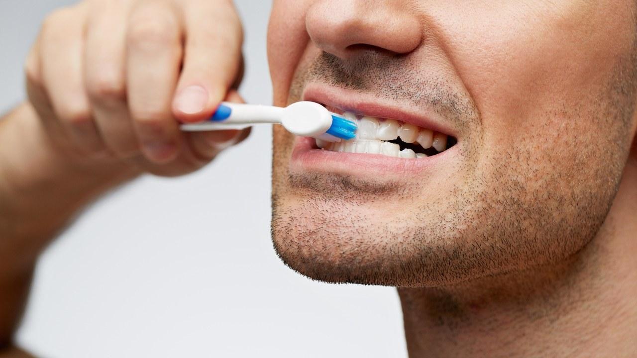 Ja gabimet që bëjnë të gjithë në larjen e dhëmbëve
