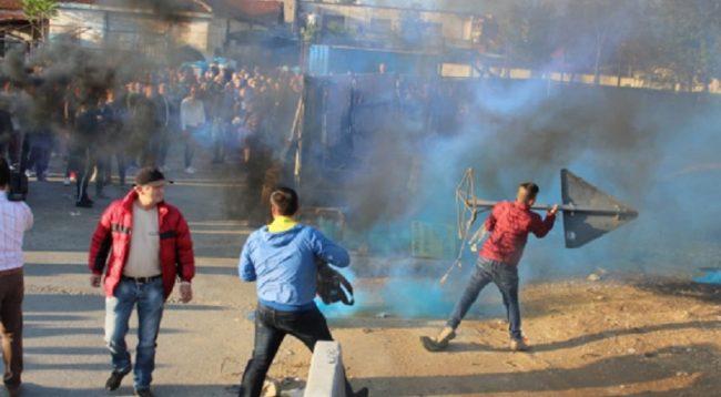 Bllokohen maturantët kosovarë nga protestuesit në Shqipëri