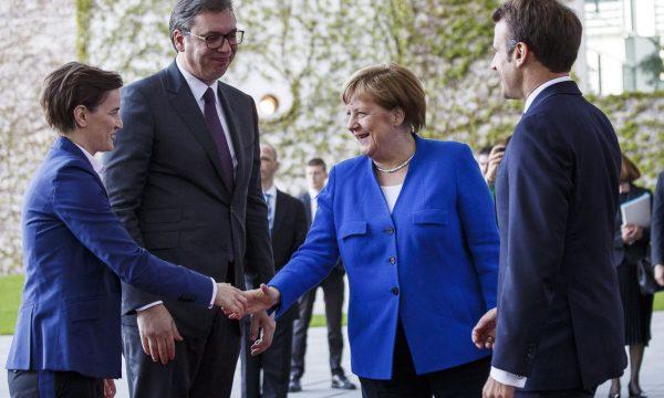Merkel e Macron i kërkojnë Vuçiqit të largohet nga Veriu i Kosovës