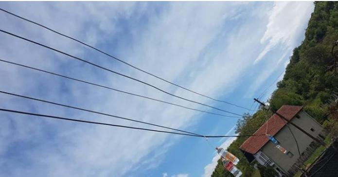 Banorët e komunës së Vushtrrisë janë të rrezikuar nga telat e rrymës (Video)