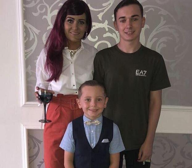 Nëna 32-vjeçare ia lë amanet familjes të kujdeset për dy djemtë e saj, pak para se të vdesë nga kanceri