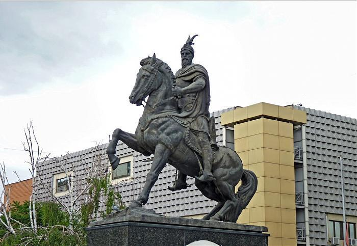 Kjo është arsyeja pse në statujën e Skënderbeut, kali ka vetëm një këmbë të ngritur