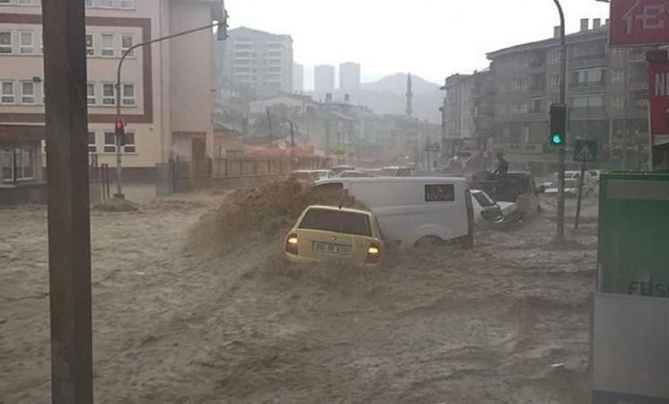 Vërshime të mëdha në Ankara, tre të vdekur!