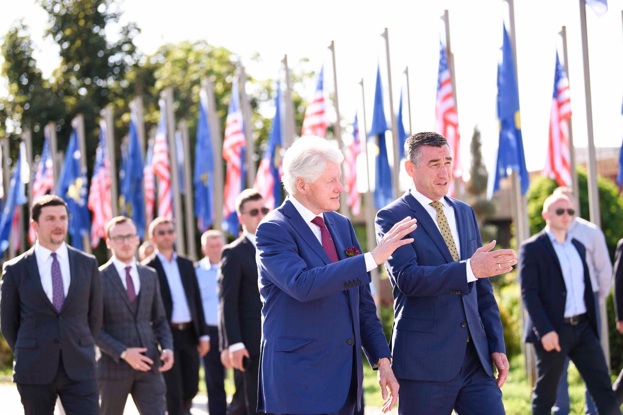 Clinton niset për në SHBA, falënderon Kosovën për pritjen e mrekullueshme