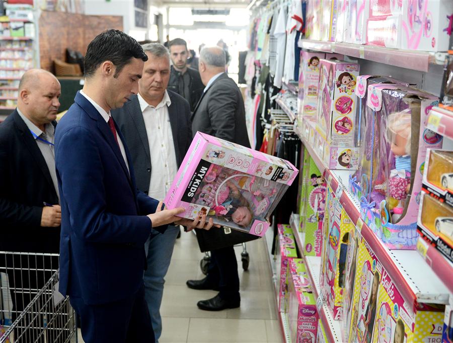 Ministri Shala me Inspektoratin kontrollojnë çmimet në markete me qëllim të mbrojtjes së konsumatorit